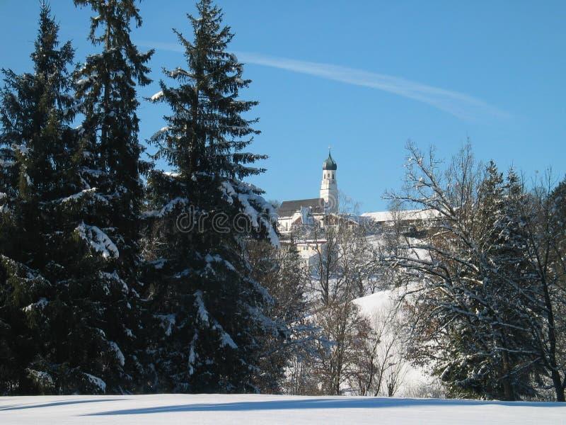 De winterweide - Kerk en bomen stock fotografie