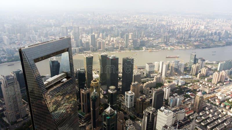 De Wereld Financieel Centrum van Shanghai en de stad in stock fotografie