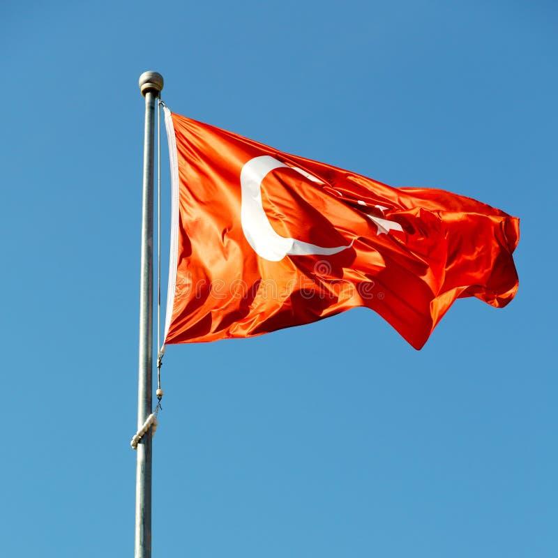 de wereld golvende vlag van Turkije in de blauwe hemelkleur royalty-vrije stock foto