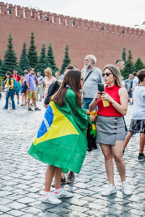 De Wereldbeker van FIFA van 2018 Braziliaanse vrouwen - ventilators met de vlag van Brazilië op Rood vierkant stock foto