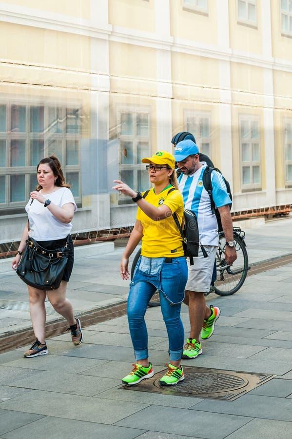 De Wereldbeker van FIFA van 2018 Vrouw - Braziliaanse voetbalventilator en mens - Argentijnse ventilator op Bogoyavlensky-steeg royalty-vrije stock afbeelding