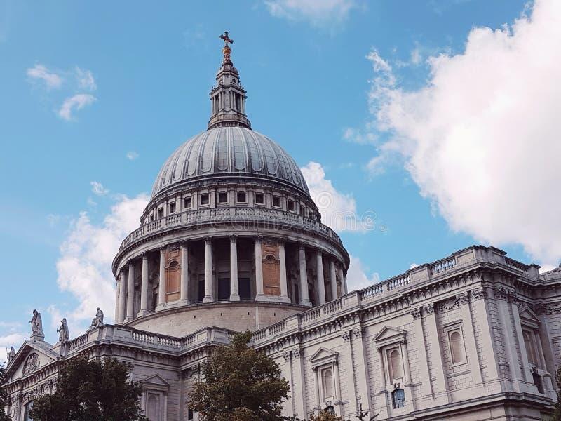 De wereldberoemde koepel bij st Paul Kathedraal Londen royalty-vrije stock afbeeldingen
