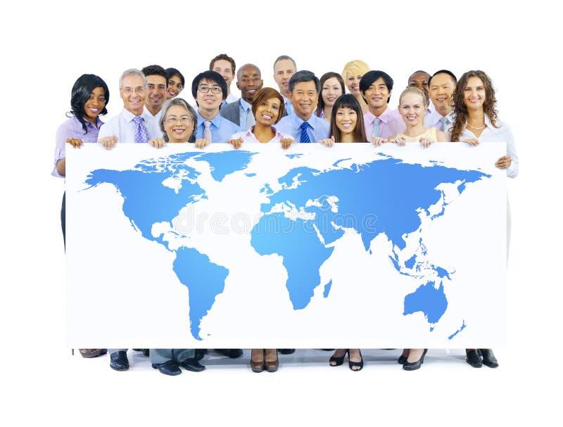 De Wereldkaart van de bedrijfsmensenholding stock foto