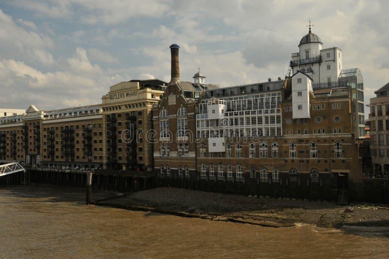 De Werf van Butler is een Engels historisch gebouw op de bank van de Rivier Theems, het oosten van de Torenbrug van Londen, stock foto