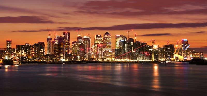 De Werf van de kanarie bij nacht Verlichte financi?le districtshorizon in Londen, het UK De lichten van bureauvensters op de wolk royalty-vrije stock fotografie