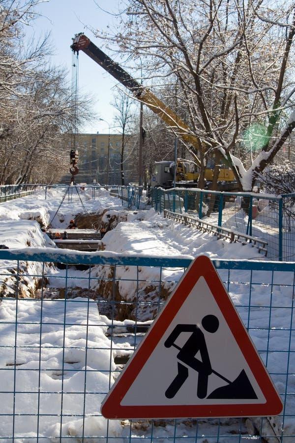 De werken van de weg bij de winterstad royalty-vrije stock foto's
