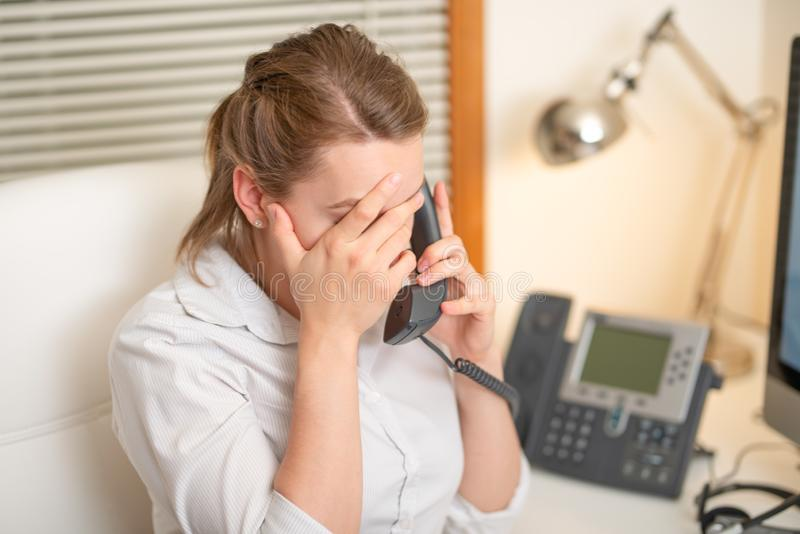 De werken van de meisjesverzender met de telefoon In het call centre stock foto