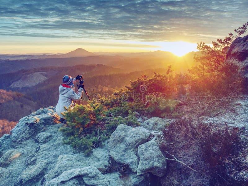 De werken van de vrouwenfotograaf De professionele kunstenaar neemt foto's stock foto's