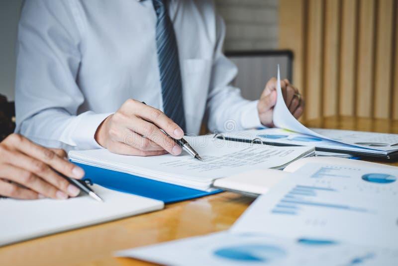 De werkende conferentie van Co, Uitvoerend team de grafieken en de grafieken bespreken die in bedrijfsstrategie en financieel pla stock fotografie
