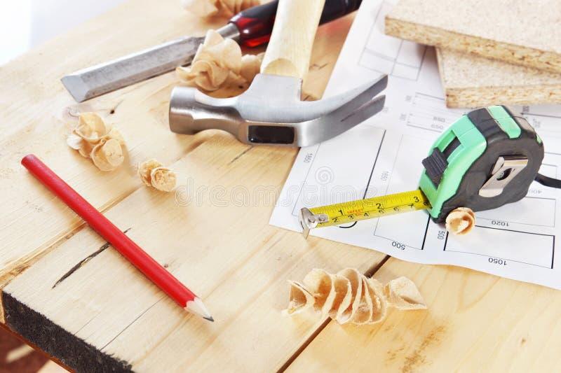 De werkende hulpmiddelen van timmerman liggen op de werkbank royalty-vrije stock foto's
