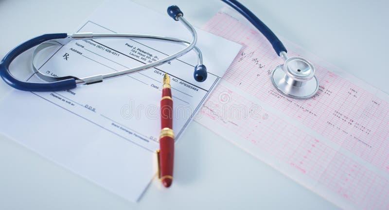 De werkende lijst van de artsen` s werkruimte met geduldige de lossings lege document van ` s vorm, medisch voorschrift, stethosc royalty-vrije stock fotografie