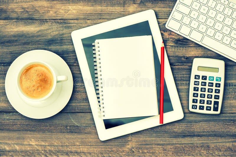 De werkende post van het huisbureau Werkplaats met digitale tablet en c royalty-vrije stock afbeelding