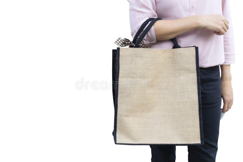 De werkende vrouw draagt eenvoudige vlaseco het winkelen zak op gele achtergrond stock foto