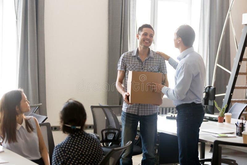 De werkgever introduceert enkel ingehuurde mannelijke werknemer stock afbeelding