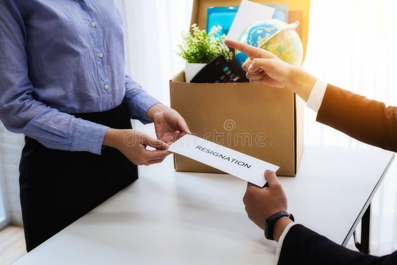 De werkgever niet beviel het richten met vinger nadat de bedrijfsvrouw brief voor berusting sended Het concept treedt indrukt en  stock fotografie