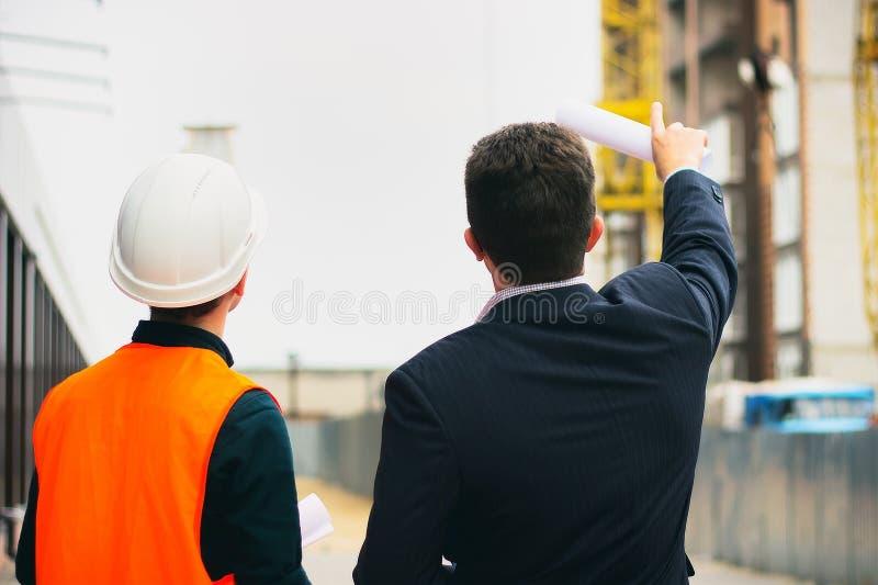 De werkgever toont een bouwproject aan ingenieur Bedrijfs moderne achtergrond stock fotografie