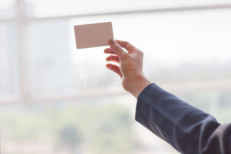 De werkgever verzendt leeg adreskaartje voor secretaresse, Close-uphand die leeg adreskaartje houden, adreskaartjeconcept stock afbeeldingen