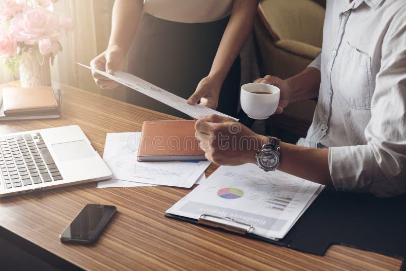 De werkgevers en de ondergeschikten onderzoeken de bron van zaken stock afbeelding