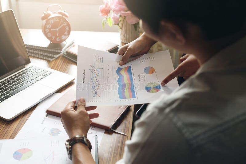 De werkgevers en de ondergeschikten onderzoeken de bron van zaken stock afbeeldingen
