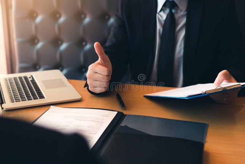 De werkgevers geven duim-omhooggaand voor sollicitaties voor nieuwe werknemer in de bureauruimte stock afbeeldingen