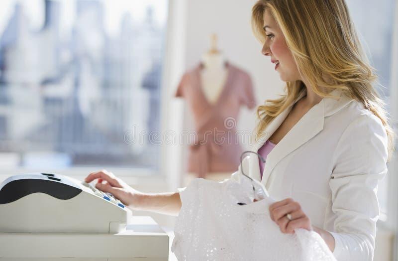 De werknemer die van de opslag achter register werkt royalty-vrije stock foto