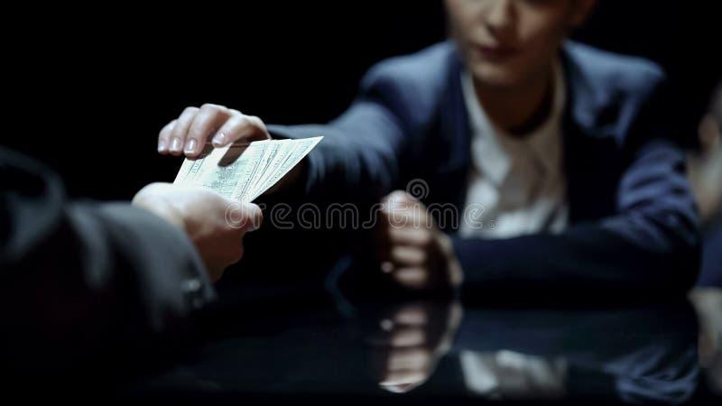 De werknemer krijgt geld voor het onthullen van vertrouwelijke informatie, corruptie in zaken stock foto