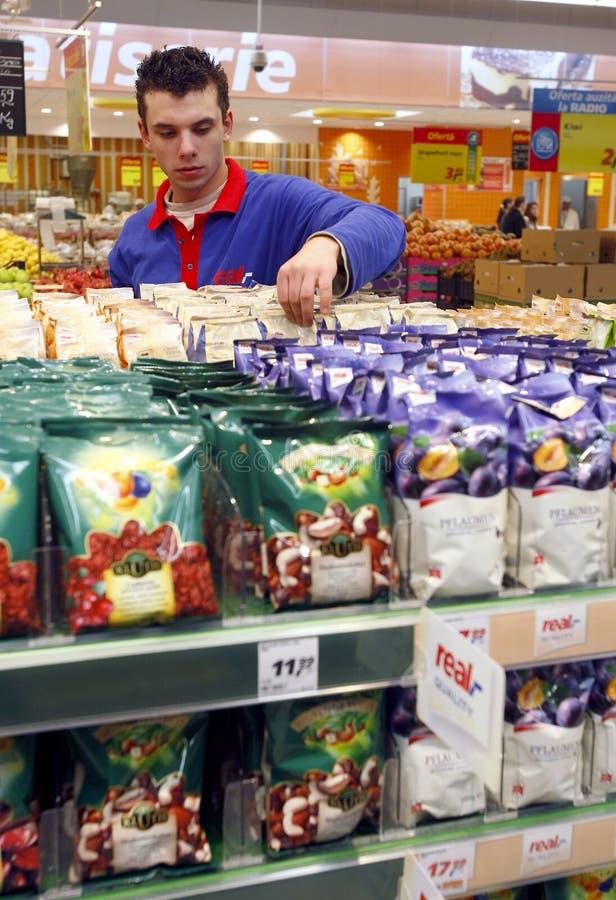 De werknemer van de supermarkt stock foto's