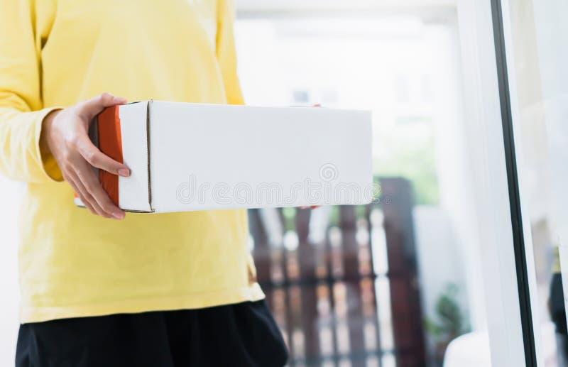 De werknemers houden een pakket in de auto naar de klant te verzenden Het online opdracht geven tot voor het gemak van klanten stock foto's