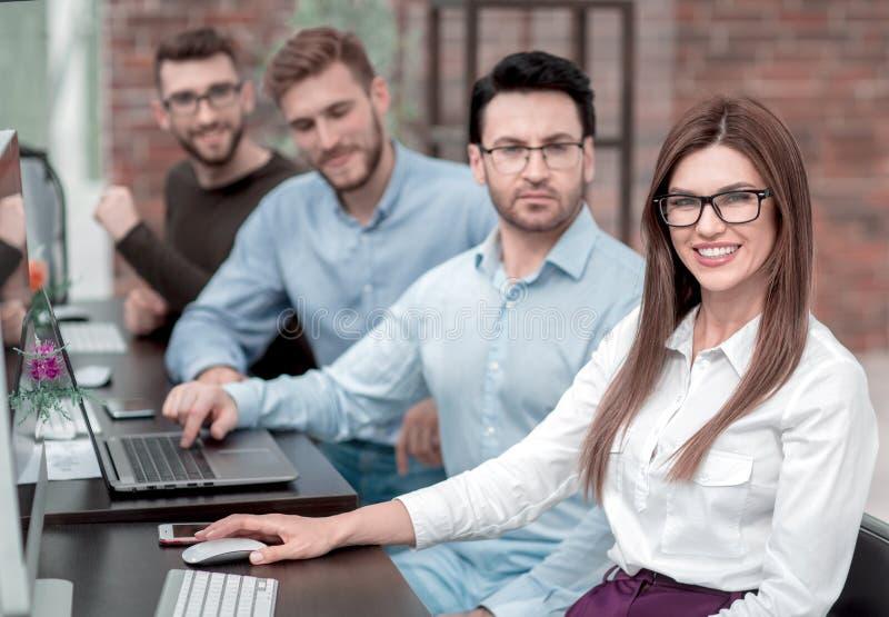 De werknemers van de zaken centreren, zittend in de computerzaal royalty-vrije stock fotografie
