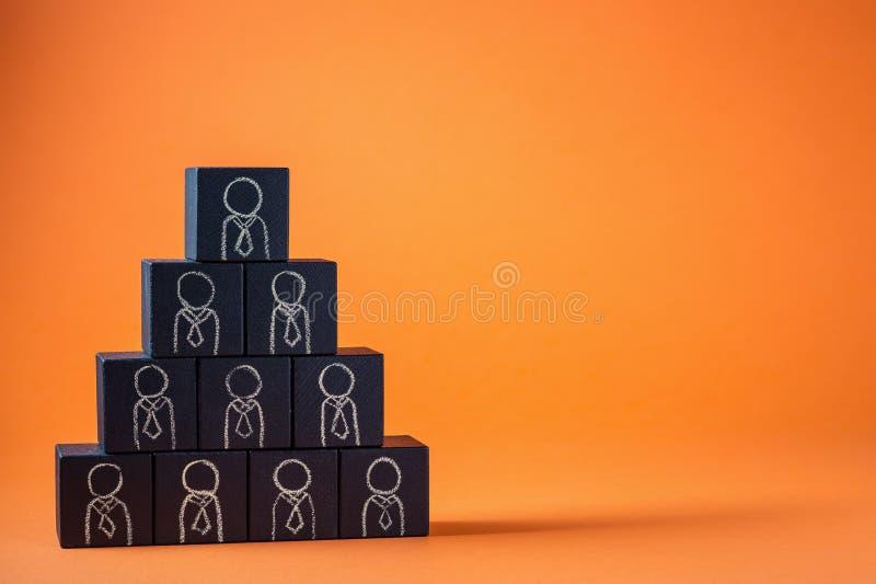 De werknemers worden vertegenwoordigd door houten kubussen Bedrijfsconcept voor personeel royalty-vrije stock afbeelding