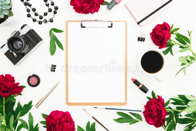 De werkplaats met klembord, agenda, rode pioen bloeit, retro camera en toebehoren op witte achtergrond Vlak leg, hoogste mening stock illustratie
