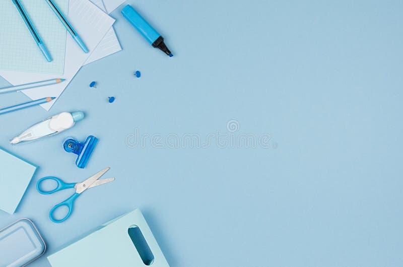 De werkplaats van de conceptenkunst voor ontwerpers - de blauwe toebehoren van het kleurenbureau op zachte lichtblauwe achtergron royalty-vrije stock fotografie