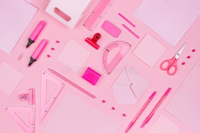 De werkplaats van de conceptenkunst voor ontwerpers - de roze toebehoren van het kleurenbureau op zachte lichtrose achtergrond, h royalty-vrije stock foto
