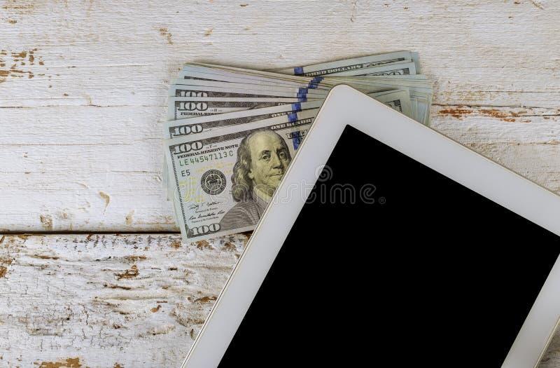 De werkplaats van zaken een tablet en een Amerikaanse dollarsgeld stock fotografie