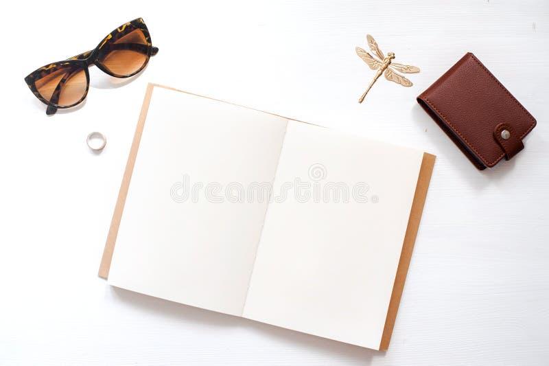 De werkruimtemodel van het huisbureau met vrouwenglazen, portefeuille en vrouwentoebehoren Notitieboekje met blanco pagina's De h royalty-vrije stock fotografie