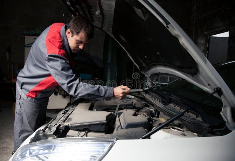 De werktuigkundige van de auto De autoreparatiedienst Knappe glimlachende werktuigkundige stock fotografie