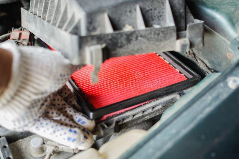 De werktuigkundige vervangt luchtfilter in auto royalty-vrije stock foto's