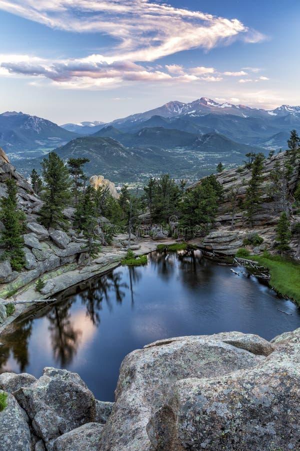 De wervelende Zonsondergang betrekt boven Gem Lake en snakt Piek stock foto's