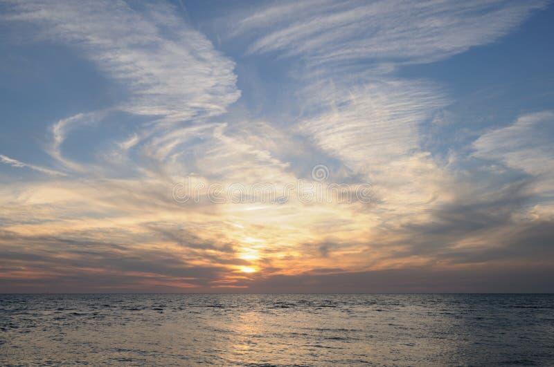 De wervelingen van de wolk over oceaan stock afbeelding