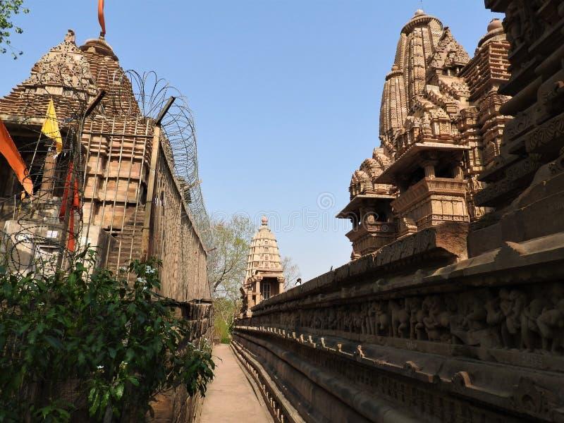 De Westelijke groep Khajuraho-tempels, een Unesco-erfenisplaats, is beroemd voor zijn erotische beeldhouwwerken, India, duidelijk stock fotografie