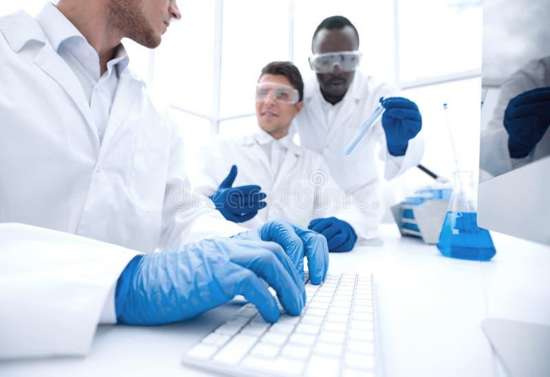 De wetenschappers bespreken de resultaten van hun onderzoek stock foto