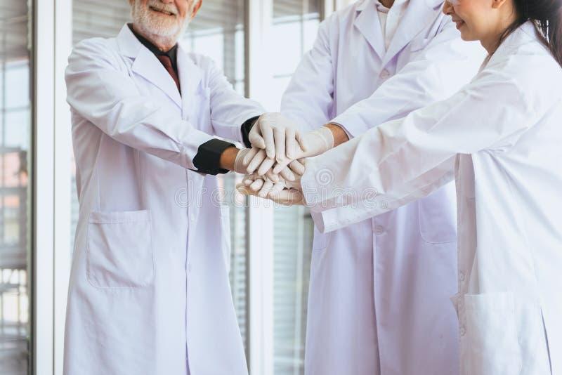 De wetenschappers coördineren handen, Groeps die mensen groepswerk in laboratorium, Succesvol en reserch werken stock afbeeldingen
