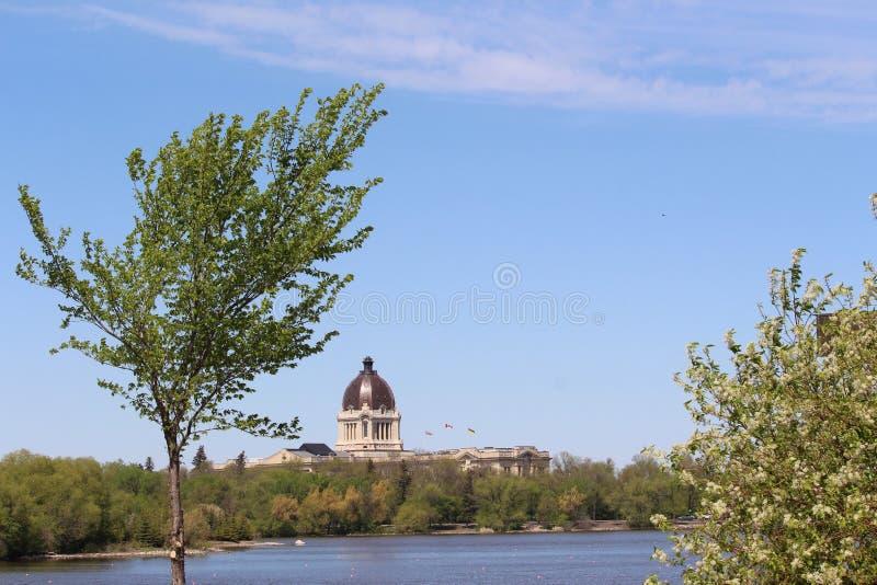 De Wetgevende macht van Saskatchewan van de de lentemening van Wascana-Meer stock fotografie