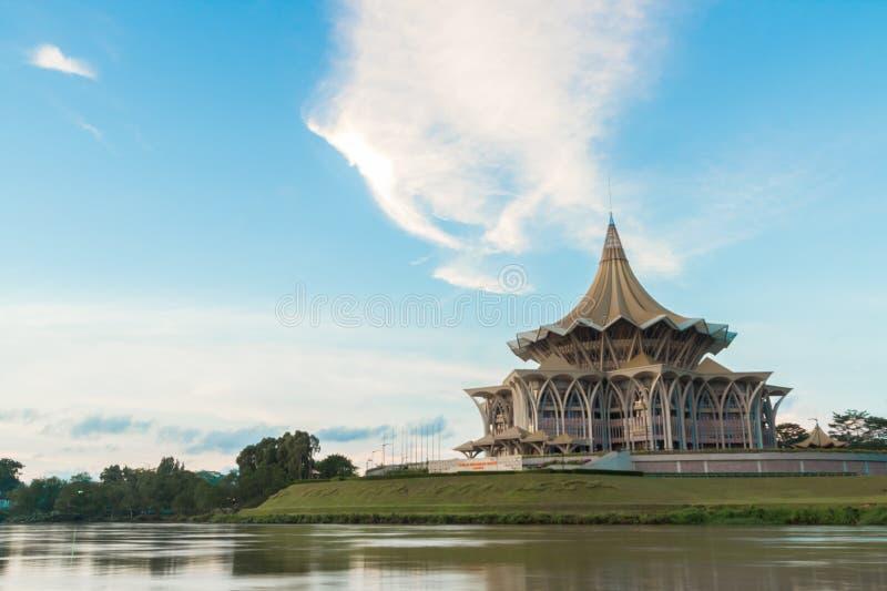 De Wetgevende vergadering van de Sarawakstaat (Dewan Undangan Negeri) met blauwe hemel stock afbeelding