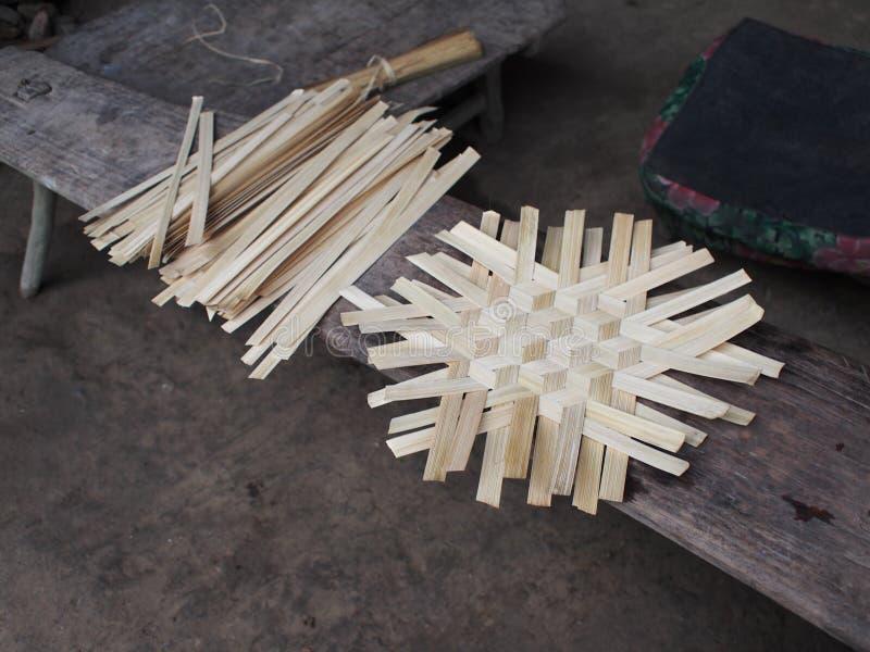 De wevende bamboeproducten op een grond baseren houten het werkplaats van landelijke dorps etnische groep stock foto's