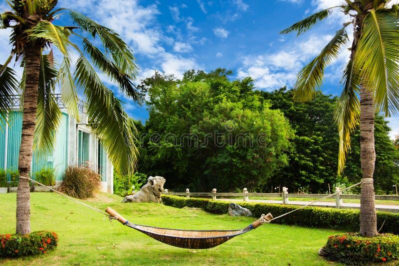 De wieg van bamboe wordt gemaakt hangt op kokosnoot die stock afbeelding