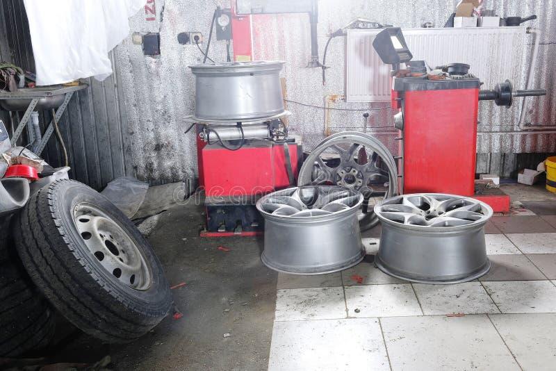 De wielen van de auto stock afbeelding