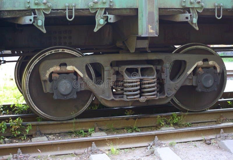 De wielen van de metaalwagen op spoorwegsporen stock fotografie
