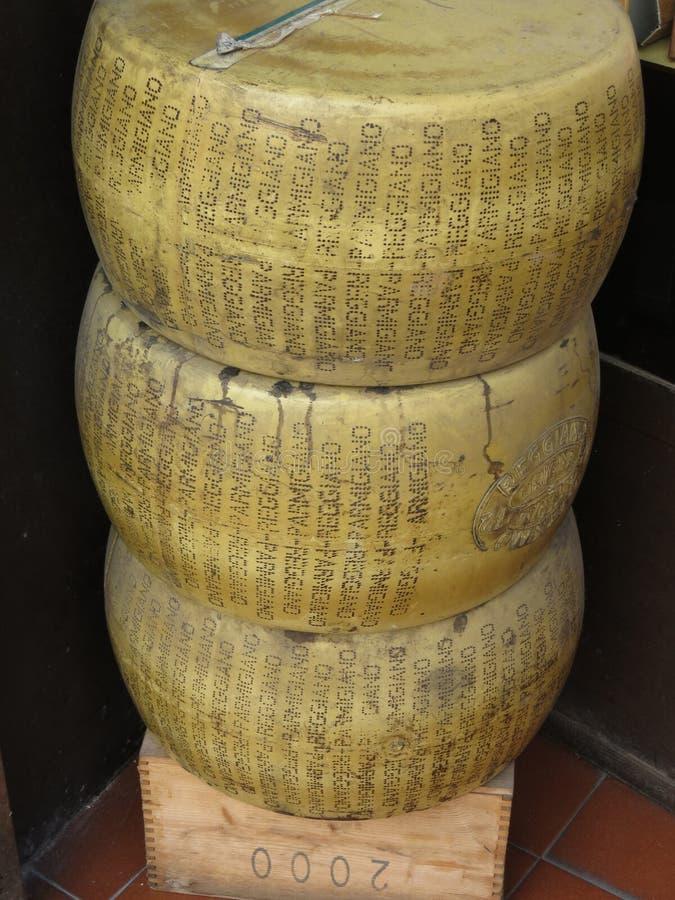 De wielen van Reggiano van de parmezaan royalty-vrije stock afbeelding