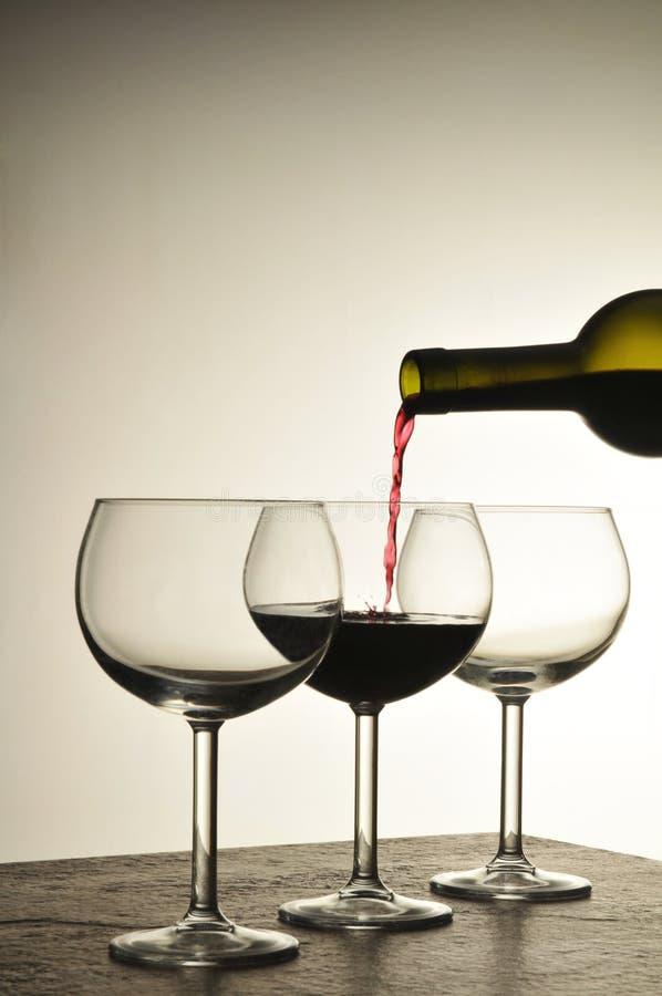 De wijn giet royalty-vrije stock afbeeldingen